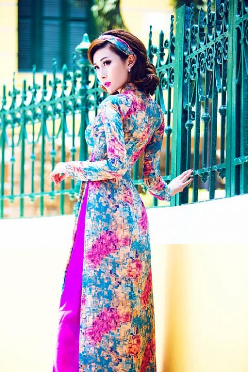 Người mẫu chuyển giới diện áo dài vẫn 'cong'