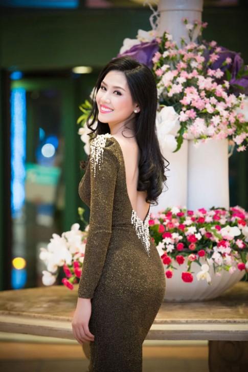 Nguyễn Thị Loan khoe lưng trần trắng mịn trong gió lạnh