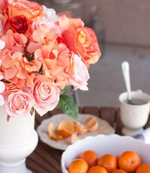 Nhà đẹp rạng rỡ với bình hoa màu cam