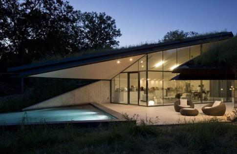 Nhà hiện đại 'chìm' dưới thảm cỏ xanh