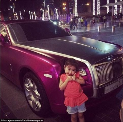 Nhờ fan, cô bé 5 tuổi sở hữu hàng chục túi LV và đi xe limo