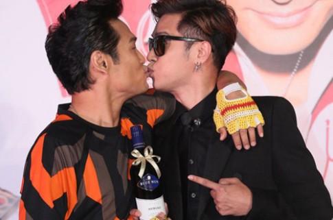 Những nụ hôn đồng tính gây tranh cãi Cbiz