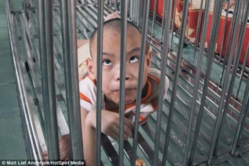 Nỗi đau trẻ sống trong chuồng sắt