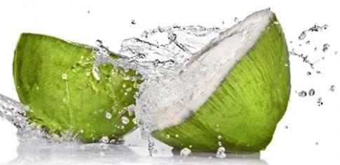 Nước dừa tươi trị mụn, trắng da
