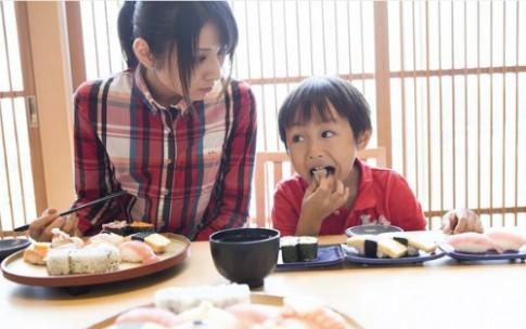 Ông bố Nhật chữa thói xấu khi ăn của con chỉ bằng một câu nói