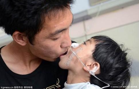 Ông bố trẻ 500 ngày mớm cơm cho con gái nhỏ