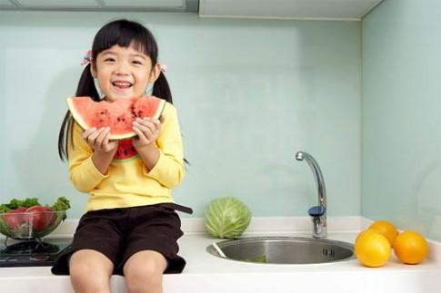 Qui tắc cho con ăn hoa quả đúng cách ít mẹ biết