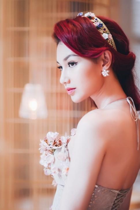 Quỳnh Chi làm cô dâu gợi cảm khôn xiết sau ly hôn