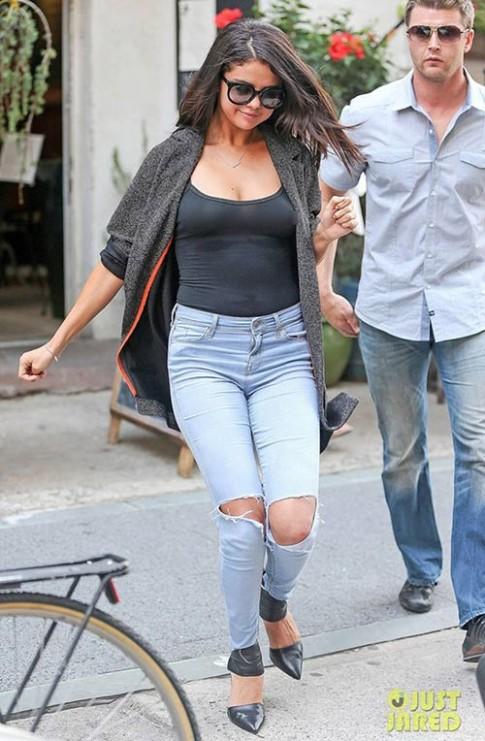 Selena Gomez bị nghi bơm ngực quá lớn