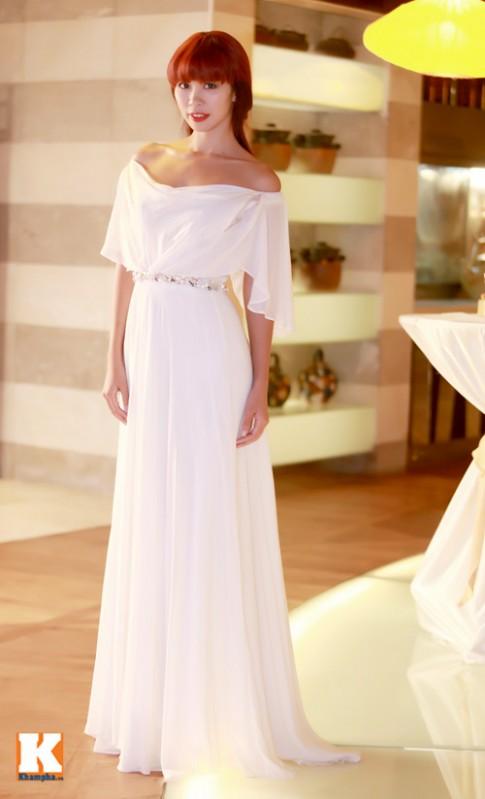 Siêu mẫu Hà Anh đọ sắc trắng cùng Huyền Trang