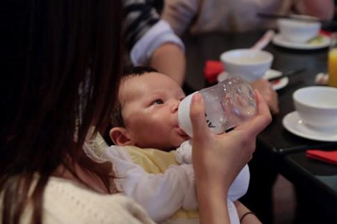 Sữa mẹ không tốt hơn sữa ngoài là mấy!