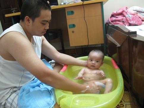 Thực hư chuyện tắm lá chè cho con