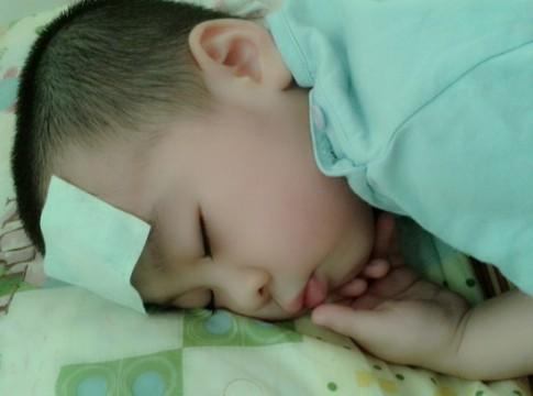 Thực hư tác dụng của miếng dán hạ sốt cho trẻ