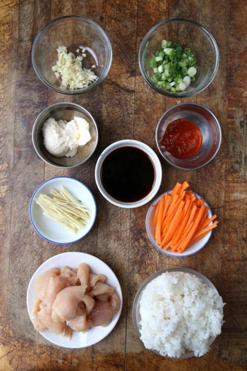 Thưởng thức món cơm nắm gà cay kiểu Nhật