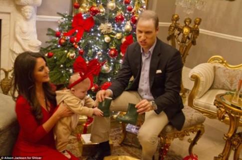 """""""Tiểu Hoàng tử Anh"""" đáng yêu đón Noel"""