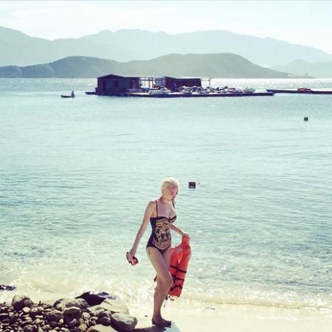 """Tóc Tiên """"ám ảnh"""" du khách trên bãi biển Nha Trang"""