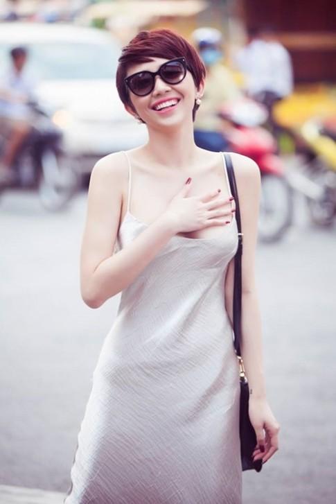 Tóc Tiên mặc váy ngủ gợi cảm hết mức xuống phố