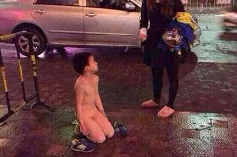 TQ: Mẹ phạt con khoả thân quỳ giữa đường ngoài trời lạnh