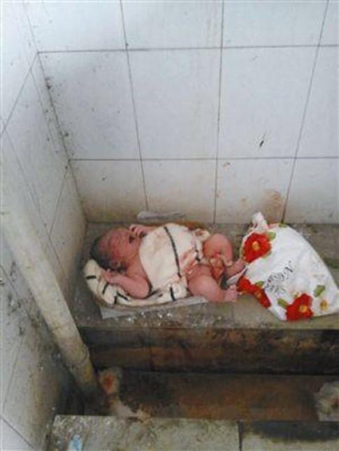 TQ: Xót xa bé sơ sinh bị bỏ trong nhà vệ sinh