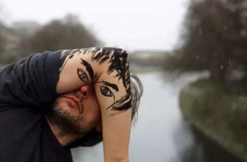 'Trai ế' trang điểm với khuỷu tay để bớt cô đơn