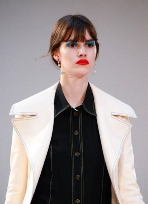 """Trào lưu """"mắt xanh mỏ đỏ"""" nở rộ tại Tuần lễ thời trang Paris"""