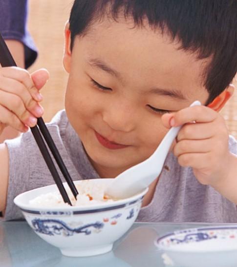 """Trẻ biếng ăn, mẹ phải """"nhẫn tâm"""" cho nhịn đói"""