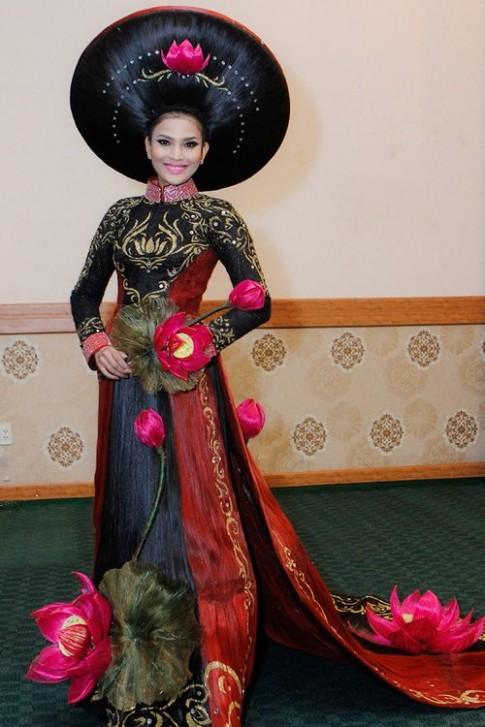 Trương Thị May mặc áo dài bằng tóc 200 triệu