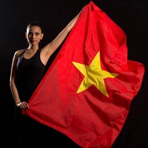 Trương Thị May tạo dáng cùng quốc kỳ