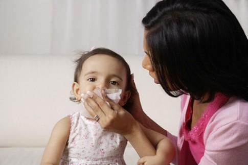 Tuyệt chiêu của mẹ giúp phòng bệnh đường hô hấp cho con