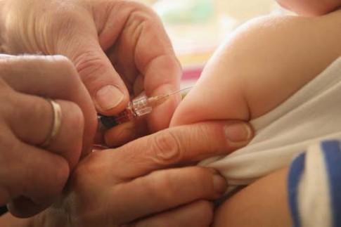 Úc: Cắt giảm tiền trợ cấp nếu không cho con tiêm vắc-xin