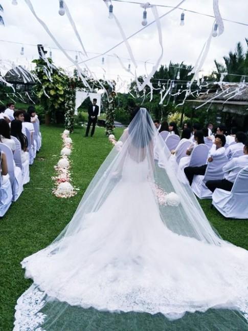 """Váy cưới Thủy Tiên na ná váy cô Kim """"siêu vòng ba"""""""