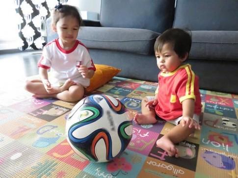 "World cup, bố mẹ ""méo mặt"" chăm con"