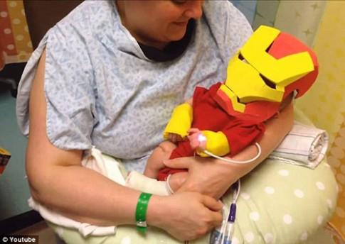 Xúc động: Cha làm bộ đồ siêu nhân cho con trai sinh non