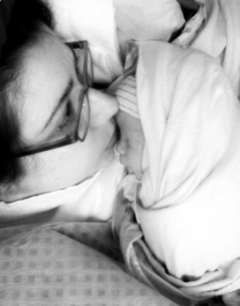 Xúc động tâm sự của mẹ Mỹ lần đầu cho con bú