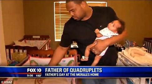 Xúc động với bố đơn thân một tay chăm 4 con sơ sinh