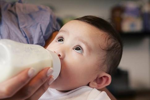 """10 mẹo luyện cho bé bú bình """"một phát ăn ngay"""""""