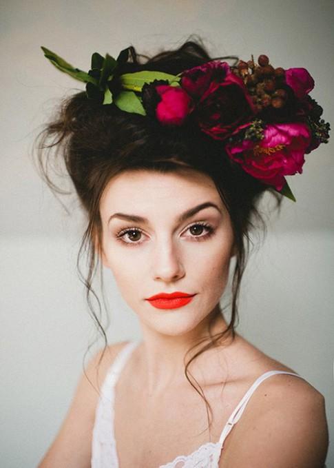 20 mẫu tóc cưới lãng mạn bắt nguồn xúc cảm từ hoa