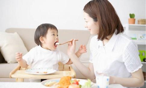 5 hiểu lầm tai hại khi mẹ cho con ăn dặm