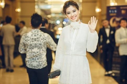 Á hậu Diễm Trang tắm sữa chua để da như em bé khi bầu bí