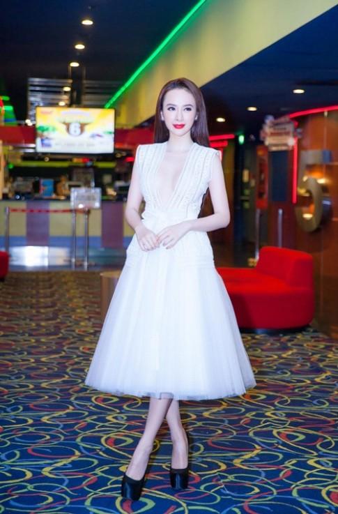 Angela Phương Trinh suýt lộ ngực vì váy áo hở quá bạo
