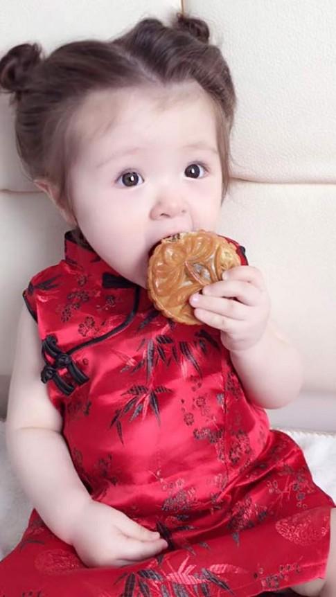"""Ảnh thiên thần Cadie ăn bánh trung thu gây """"sốt"""""""