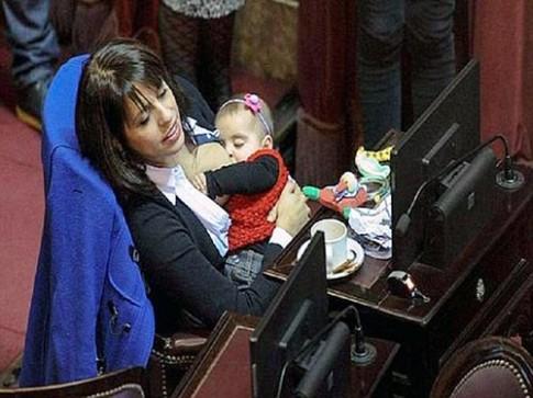 Bà mẹ thản nhiên cho con bú giữa cuộc họp Quốc hội