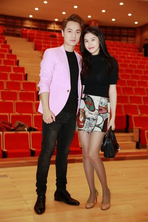 Bà xã Đăng Khôi tháp tùng chồng đi diễn ở Hà Nội