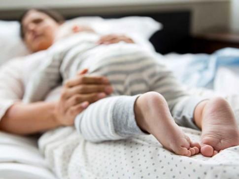Bé 10 tuần tuổi chết ngạt vì ngủ chung với mẹ