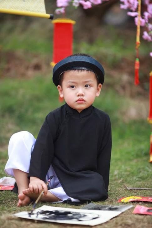 Bé 3 tuổi gây thích thú với hình ảnh ông Đồ nhí