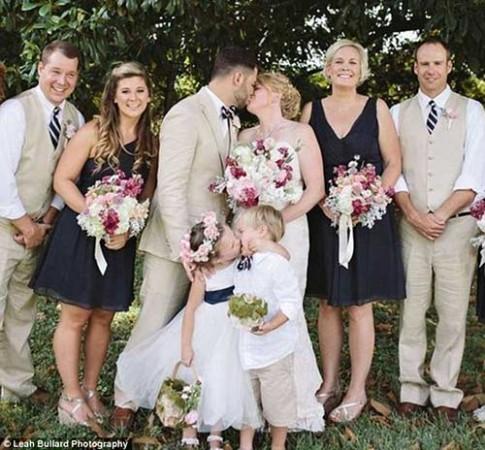 """Bé 4 tuổi """"ép hôn"""" chú rể nhí trong ngày cưới của mẹ gây sốt"""