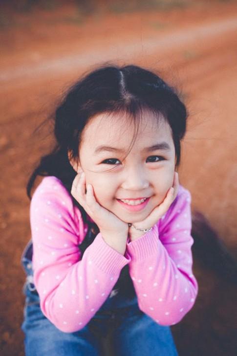 Bé gái Bình Dương xinh như công chúa nhỏ trên thảo nguyên