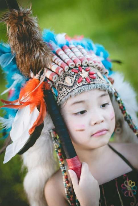 Bé gái Hà Nội hóa thân thành thổ dân nhí xinh đẹp