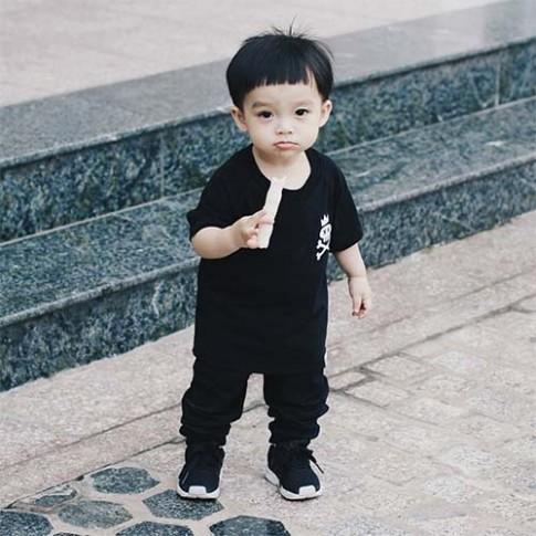 """Bé trai 17 tháng tuổi mặc đồ """"chất hơn người lớn"""""""