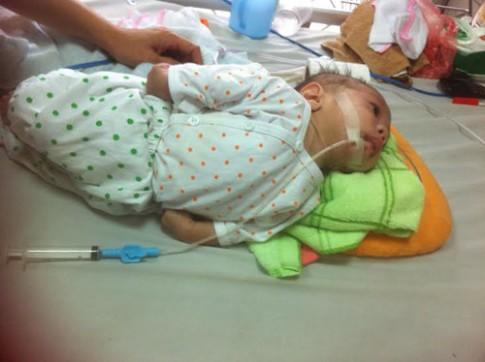 """Bé trai 2 tháng tuổi điều trị bệnh từ tiền """"hậu sự"""" của mẹ"""